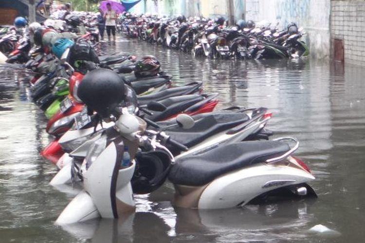 Jalanan Banjir, awasi mesinmu By Lutfi