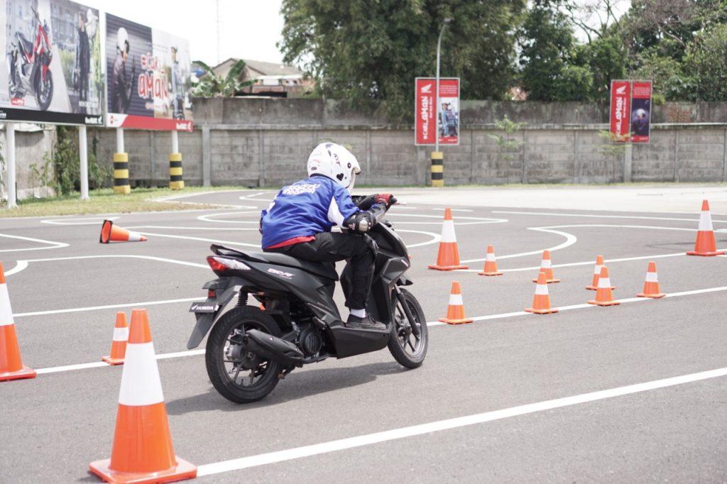 Siswa – Siswi SMK di Jawa Barat Adu Skill Berkendara di Honda BeAT Safety Riding Competition for Student