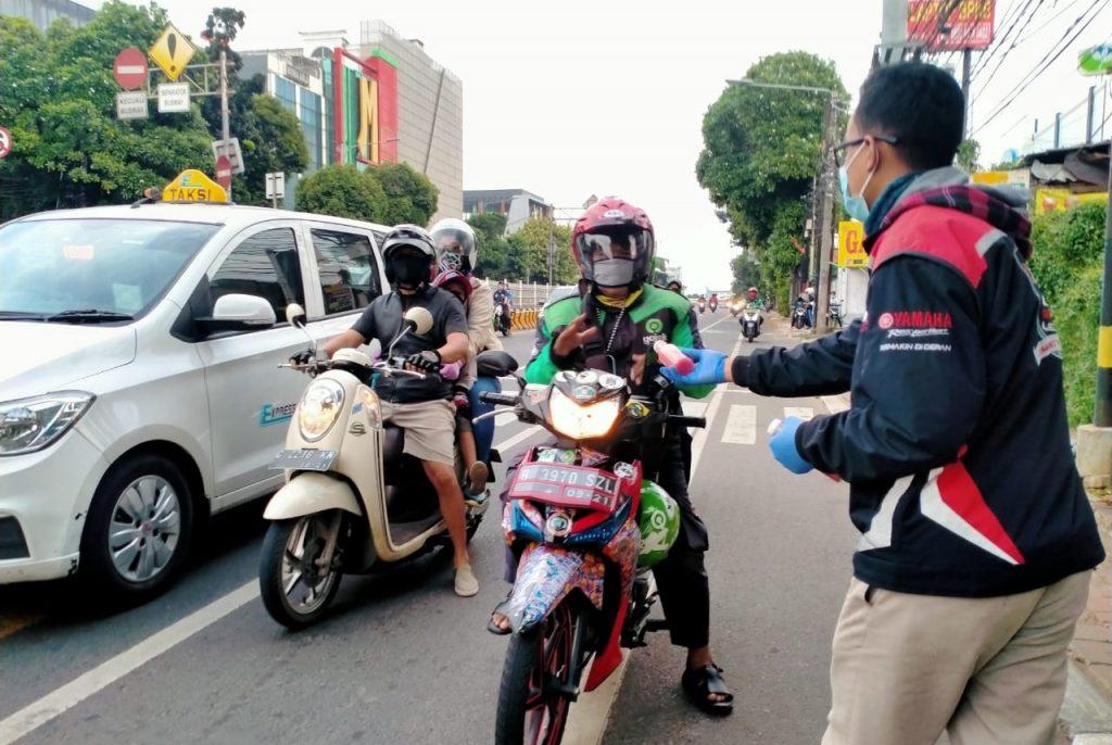 Yamaha Lexy Jakarta Community Bagikan Buah dan Jus Kepada Masyarakat by Andy Qiting