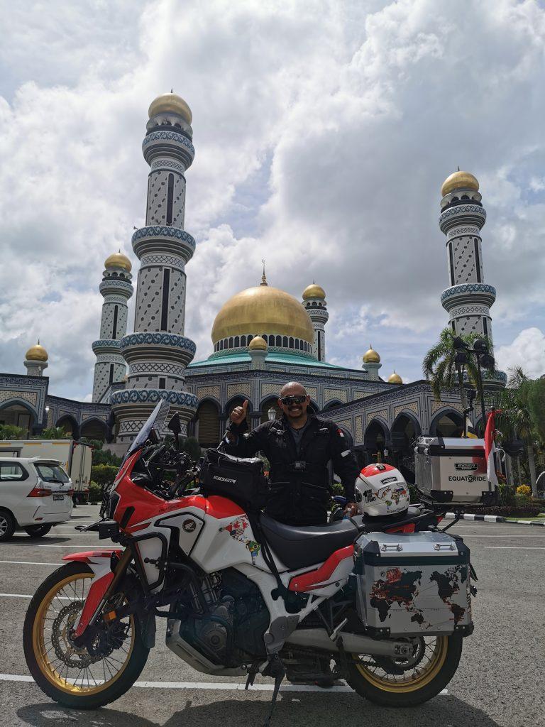 JURNAL YANG LUAR BIASA DARI JEFFREY POLNAJA Ketika Kakek Dua Cucu Menjahit Garis Ekuator Dengan Sepeda Motor Mengunjungi 25 Negara