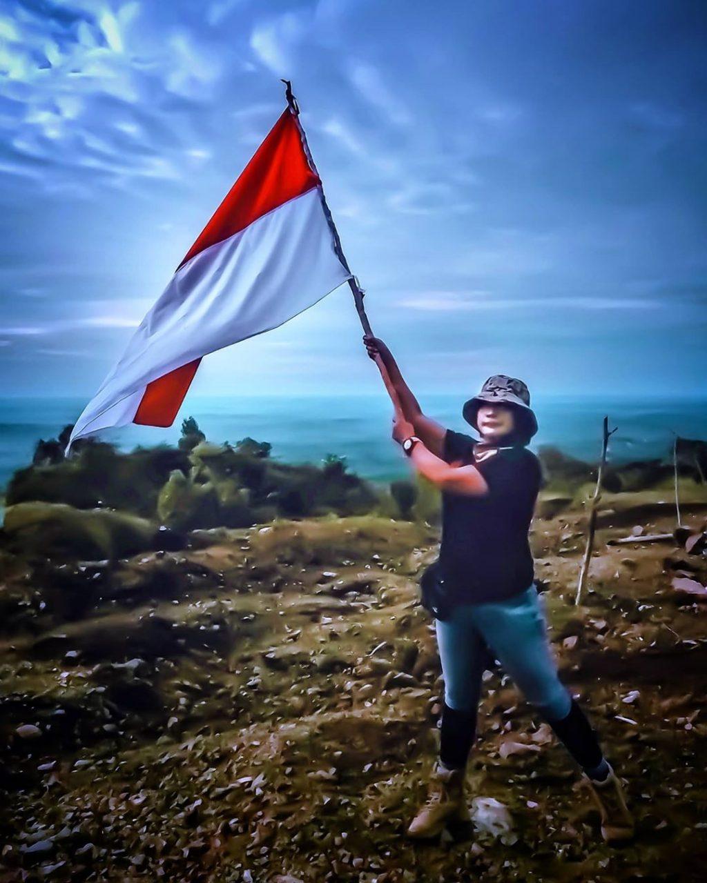 Kibarkan Bendera RI di Bukit Nui Kaltim